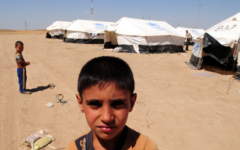Un bambino sfollato da Tal Afar, città del nord dell'Iraq oggetto di feroci combattimenti, in un campo per sfollati allestito intorno ad Erbil (Iraq) - ©EPA/STR/Landov