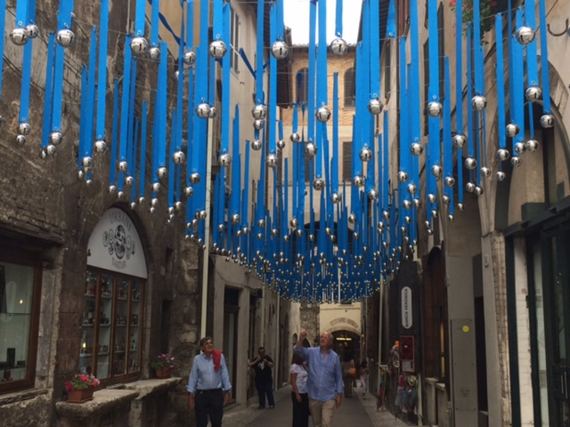 L'installazione sospesa con i 760 campanelli della campagna UNICEF