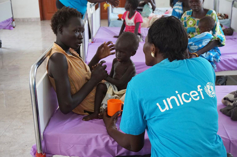 Bol Akol, 2 anni, riceve una terapia nutrizionale di urgenza che gli salverà la vita in un centro sanitario specializzato a Juba, Sud Sudan - ©PFPG2014P-0753/Elrington