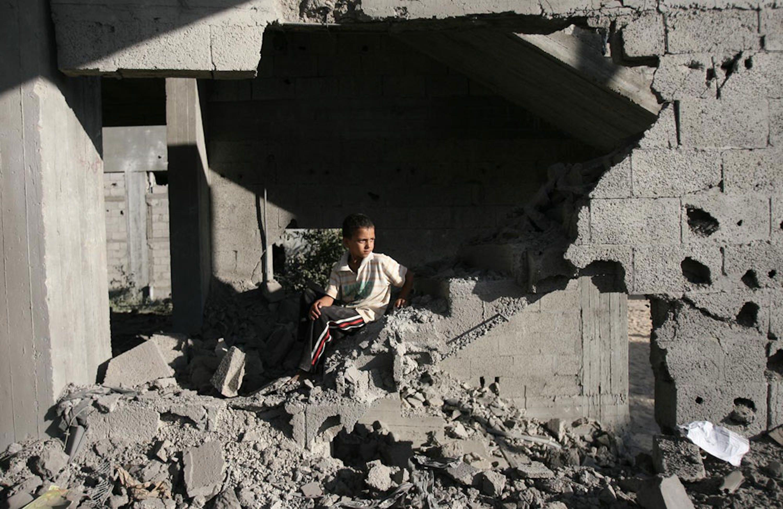 Un ragazzino palestinese fra le macerie di un edificio bombardato a Rafah, nella Striscia di Gaza - ©UNICEF/NYHQ2014-0984/Iyad El Baba