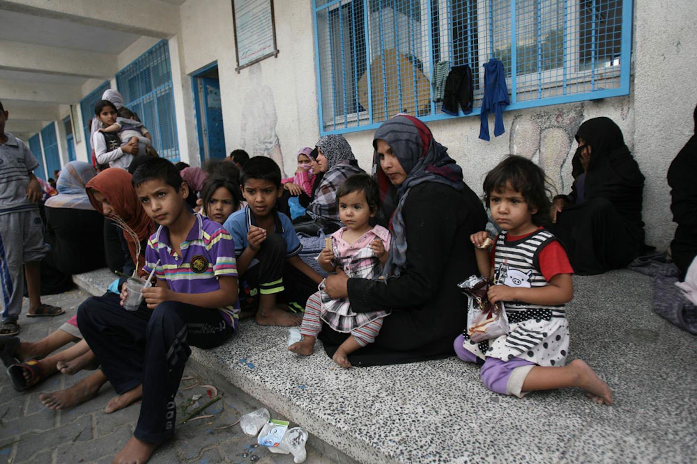 Bambini e donne in una delle 83 scuole dell'UNRWA (l'agenzia delle Nazioni Unite per i Palestinesi) adibite a rifugi per i civili. Tre di queste scuole sono state colpite dai raid israeliani nell'ultima settimana - ©UNICEF/NYHQ2014-0975/Iyad El Baba