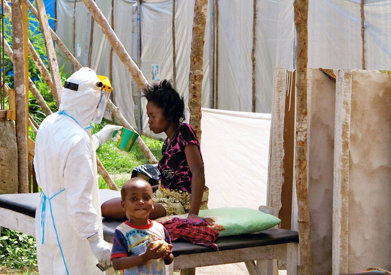 Un operatore sanitario disseta una donna affetta dal virus Ebola nell'ospedale di Kenema (Sierra Leone) - ©UNICEF/NYHQ2014-1064/Dunlop