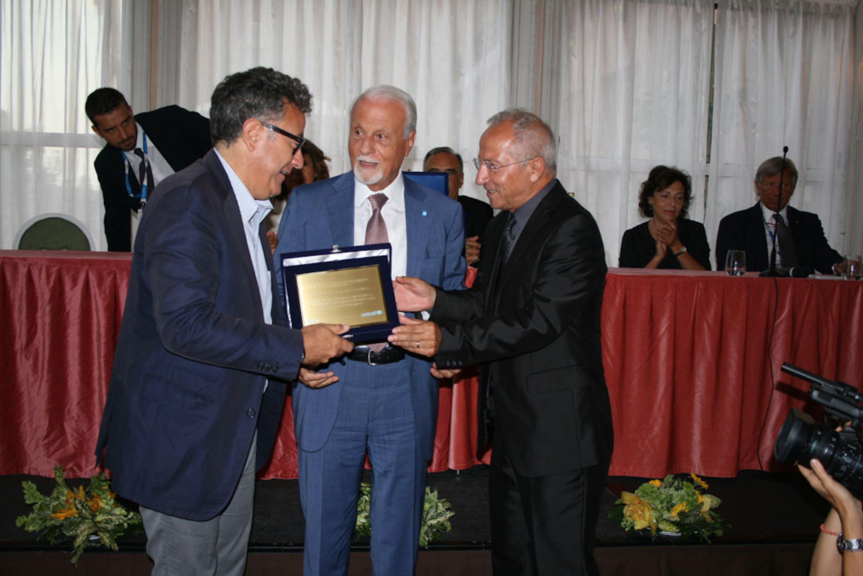 Il presidente dell'UNICEF Italia Giacomo Guerrera e il vicepresidente Agis Domenico Dinoia consegnano il premio a Paolo Del Brocco, AD di Rai Cinema, produttore di