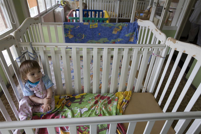 Una bambina dell'istituto per infanzia abbandonata di Shumen (Bulgaria): negli ultimi 14 anni la Bulgaria ha ridotto enormemente il numero di minori in istituto, favorendo gli affidi familiari - ©UNICEF/NYHQ2011-1047/Holt