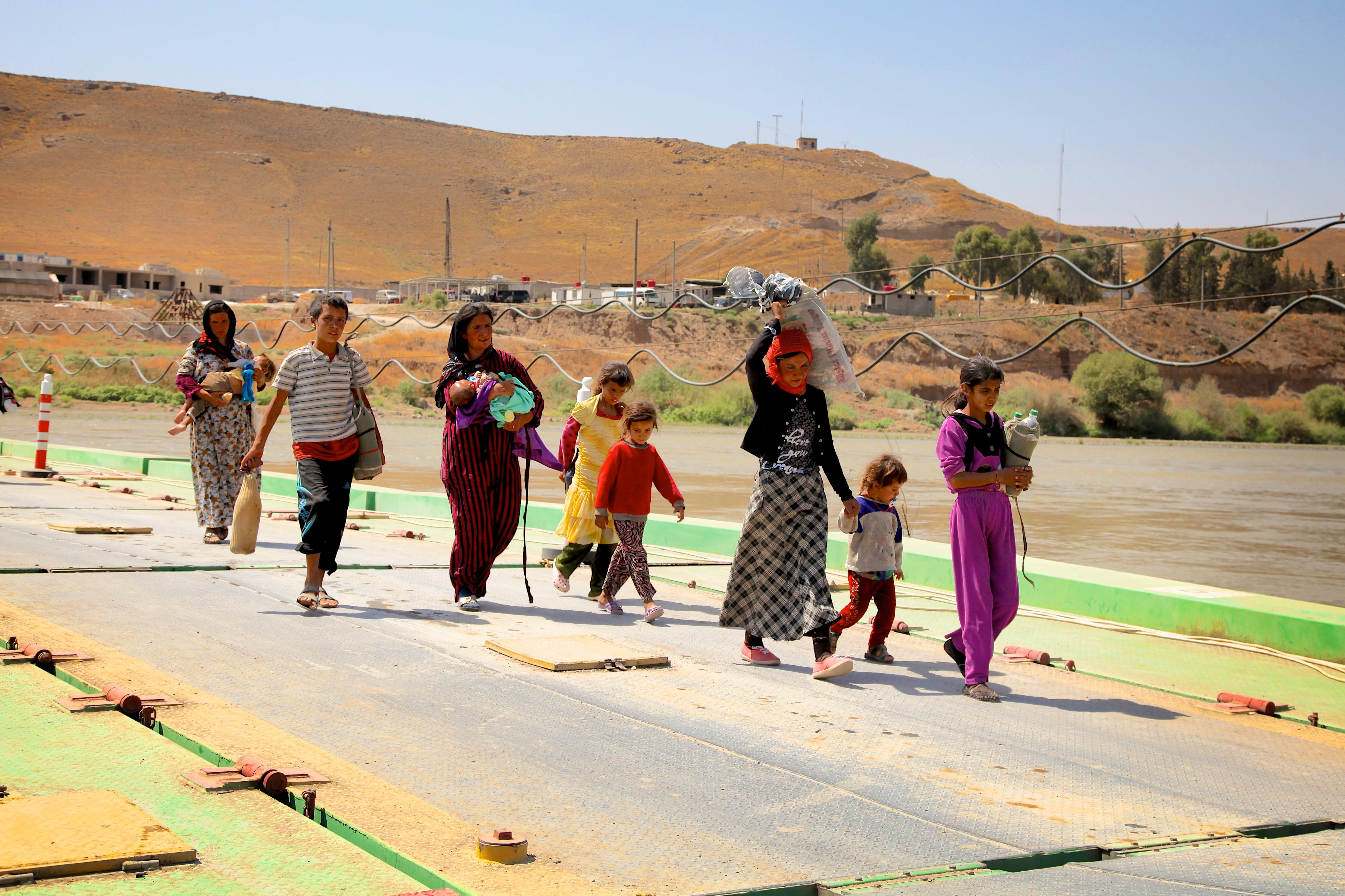 Bambini e donne yazidi fuggiti da Sinjar Mountain rientrano in Iraq dalla Siria, in un valico di frontiera a Peshkhabour, Governatorato di  Dohuk . ©UNICEF/NYHQ2014-1246/Khuzaie