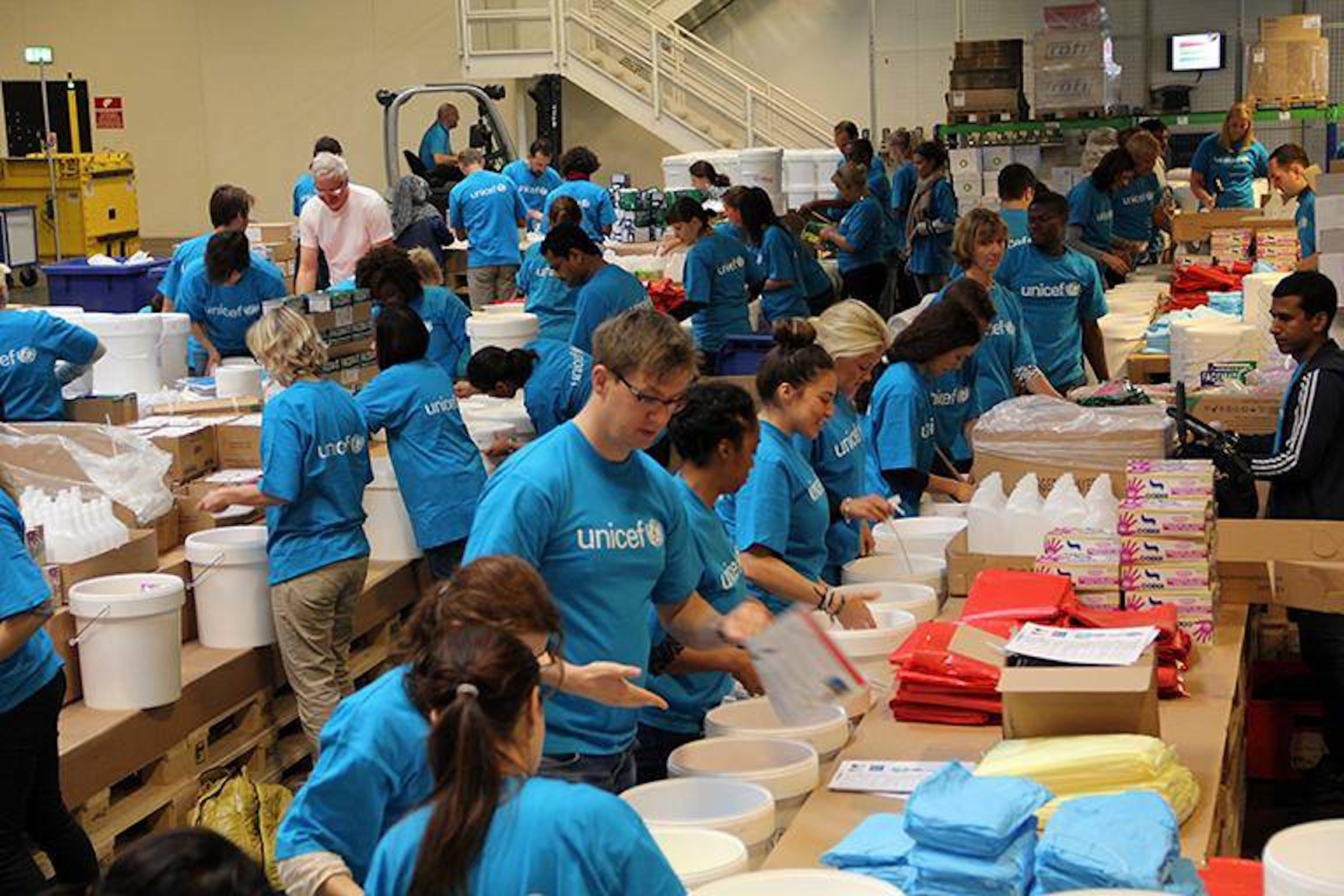 Staff e volontari della UNICEF Supply Division a Copenaghen preparano i 100.000 kit di protezione dal virus Ebola per uso domestico da inviare in Africa: i primi 9.000 kit sono atterrati in Liberia - ©UNICEF/2014