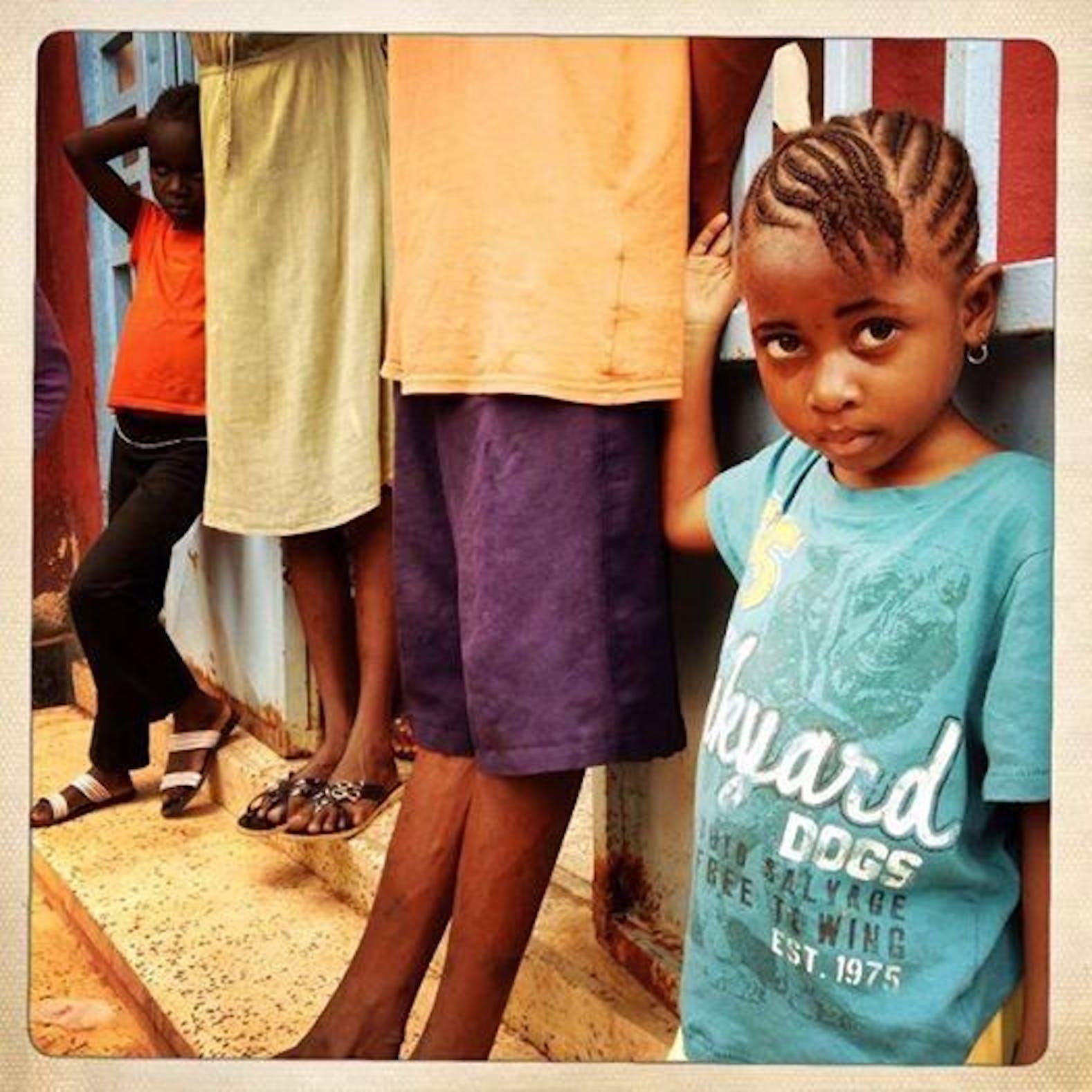 Shitu è una degli oltre 300 bambini rimasti orfani a causa di Ebola in Sierra Leone. Entrambi i suoi genitori sono deceduti nell'ospedale di Kenema - ©UNICEF Sierra Leone/2014