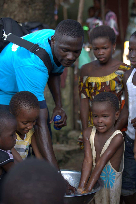 Un volontario guida un'attività di sensibilizzazione sull'igiene delle mani nell'ambito della campagna per la prevenzione di Ebola in Guinea, uno dei 3 Stati maggiormente colpiti dall'epidemia - ©UNICEF/NYHQ2014-1521/LaRose