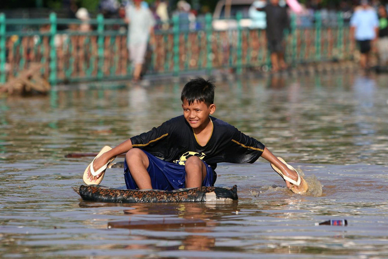 Una strada di Giacarta (Indonesia) durante una recente inondazione - ©UNICEF/NYHQ2007-0083/Estey