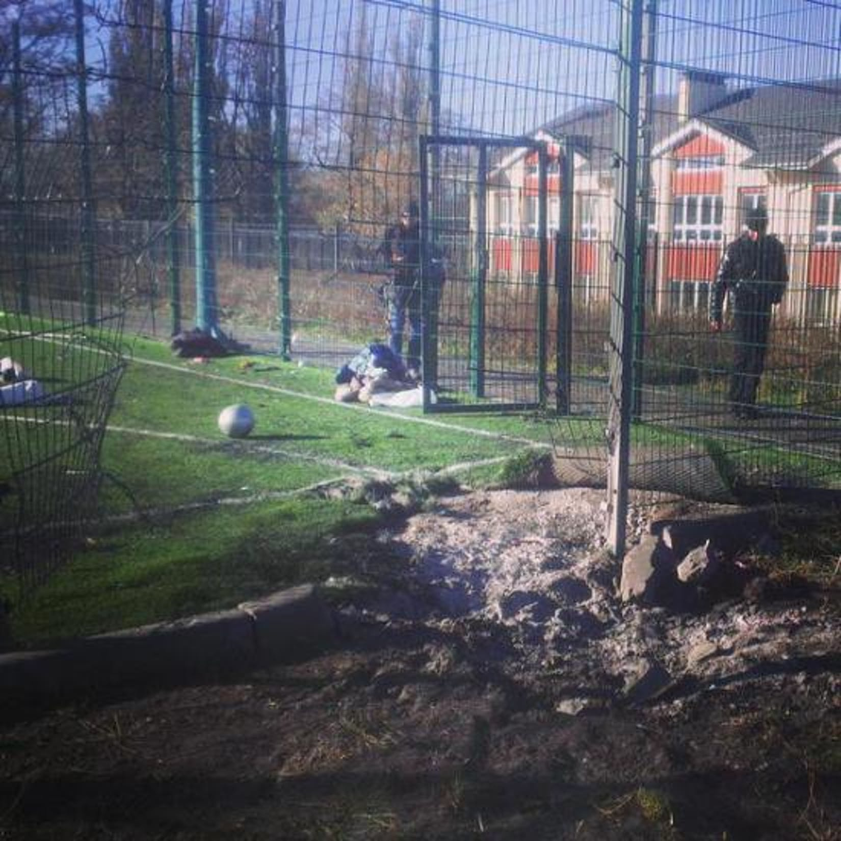 Il campo sportivo di fronte alla Scuola n. 63 di Donetsk, colpito da un proiettile di artiglieria