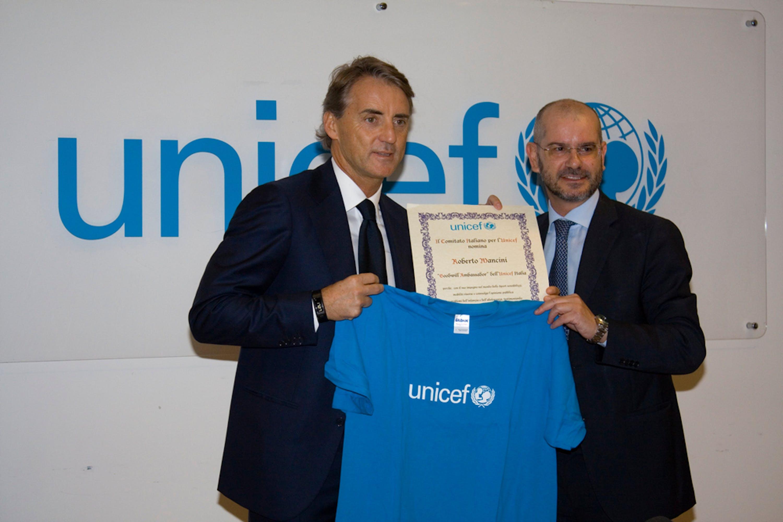 Roberto Mancini riceve la pergamena di nomina ad Ambasciatore dal Direttore generale dell'UNICEF Italia, Davide Usai - ©UNICEF Italia/2014/Alessandro Longobardi