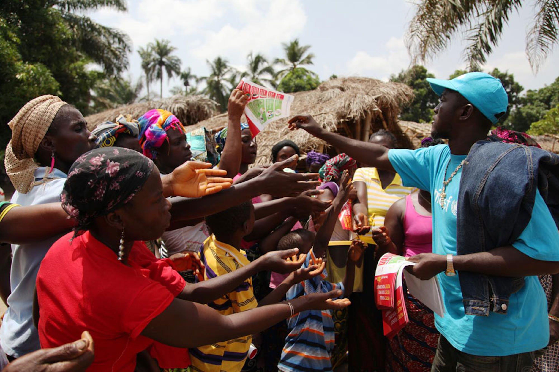 Un'immagine simbolo di questo 2014: un operatore UNICEF nel corso di una campagna di informazione sanitaria di emergenza sul pericolo Ebola in un villaggio della Liberia - ©UNICEF/UNI167524/Ahmed Jallanzo
