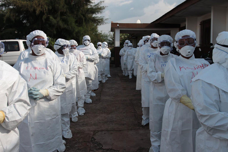 Infermieri con indosso le protezioni fornite dall'UNICEF per tutti gli operatori sanitari a contatto con i malati di Ebola. Foto scattata a Makeni (Sierra Leone), novembre 2014 -  ©UNICEF/NYHQ2014-3004/James