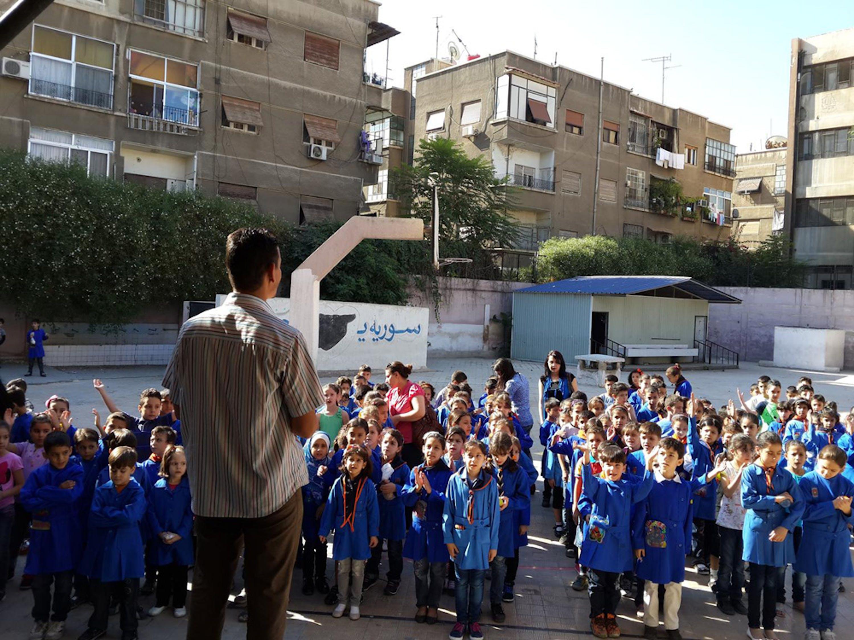 Non tutti i bambini siriani hanno la fortuna di frequentare regolarmente la scuola, come questi bambini di Damasco al loro primo giorno di lezione, lo scorso 16 settembre - ©UNICEF/NYHQ2014-1740/Kuman Tiku