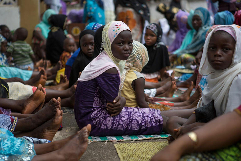 Donne e bambini in una moschea di Kenema, in Sierra Leone. L'intero distretto è stato messo in quarantena per via dell'epidemia di Ebola - ©UNICEF/NYHQ2014-1849/Bindra