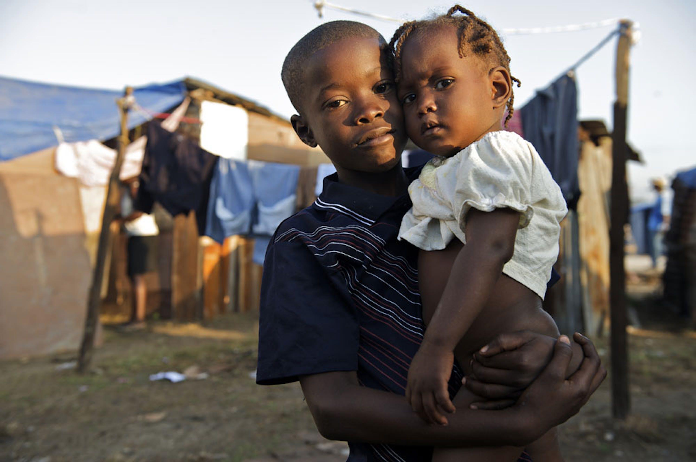 Due bambini nell'accampamento improvvisato nei pressi dell'aeroporto di Port-au-Prince, capitale di Haiti. Soltanto in questa tendopoli, nei mesi successivi al terremoto, hanno vissuto ben 25.000 senzatetto - ©UNICEF/NYHQ2010-0260/Noorani