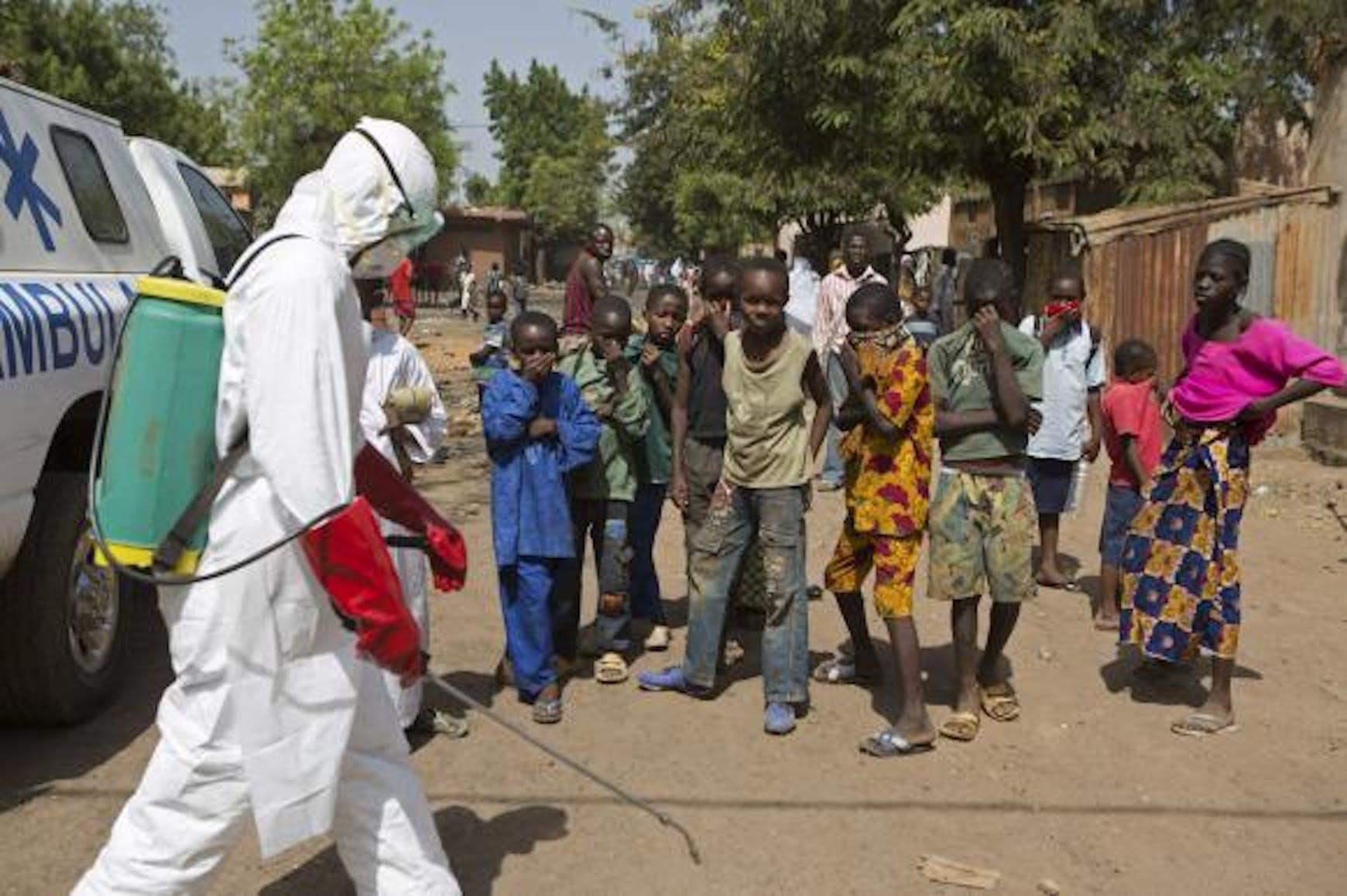 Un operatore sanitario con le protezioni anti-Ebola in una strada di Bamako - ©Reuters/Joe Penney