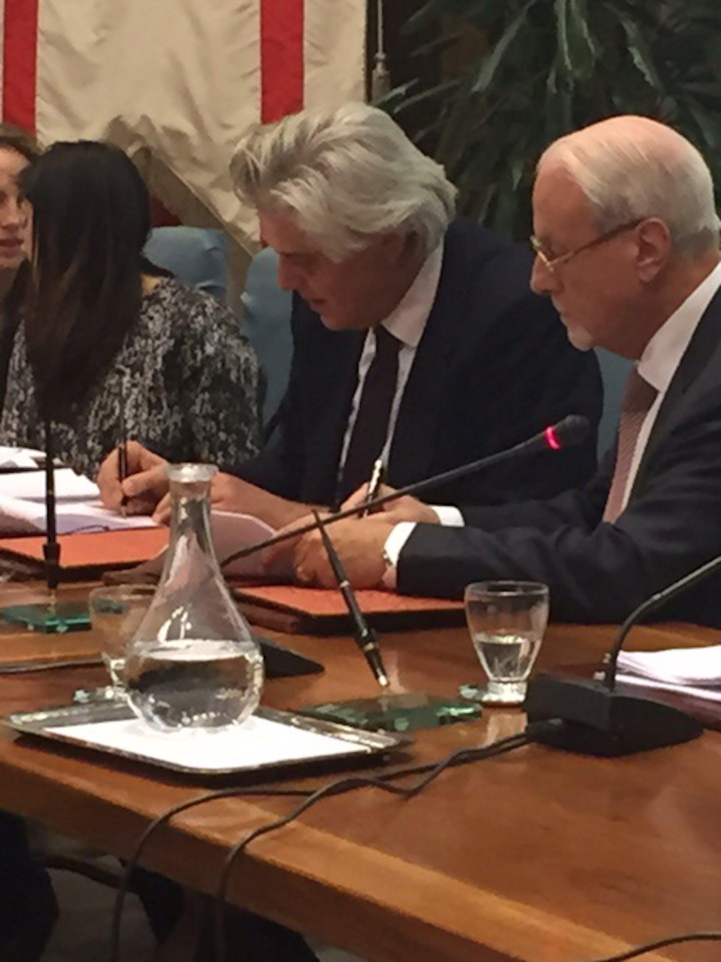 La firma del Protocollo di Intesa: l'assessore alla salute della Regione Toscana Luigi Marroni (sin.) e il presidente dell'UNICEF Italia Giacomo Guerrera - ©UNICEF Italia/2014/Elise Chapin