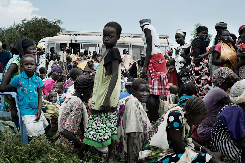 Adulti e bambini attendono di registrarsi per una distribuzione di alimenti di emergenza a Pathai (Sud Sudan) - ©UNICEF/NYHQ2014-1717/Zocherman