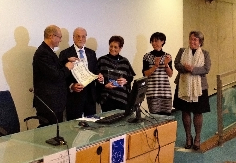 Il presidente dell'UNICEF Italia Giacomo Guerrera consegna la pergamena che certifica il riconoscimento del S. Chiara di Trento