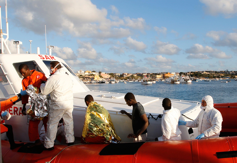 L'arrivo al porto di Lampedusa di alcuni dei superstiti alla tragedia del mare consumatasi tra l'8 e il 9 febbraio 2015 - ©Antonio Parrinello, Reuters/Contrasto