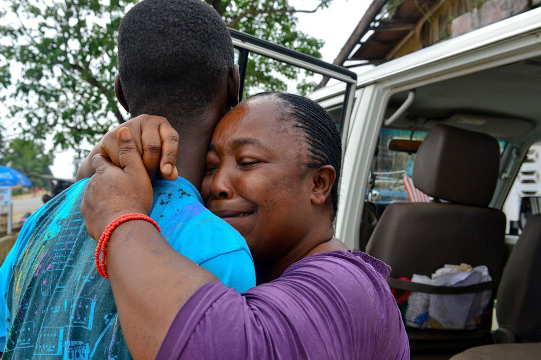 Liberia: Martu Weefor piange lacrime di gioia all'arrivo di Harris, 17 anni, rimasto orfano insieme alla sorella Mercy (9) per colpa dell'epidemia Ebola. Harris e Mercy da adesso vivranno con lei - ©UNICEF/NYHQ2014-3136/Nesbitt
