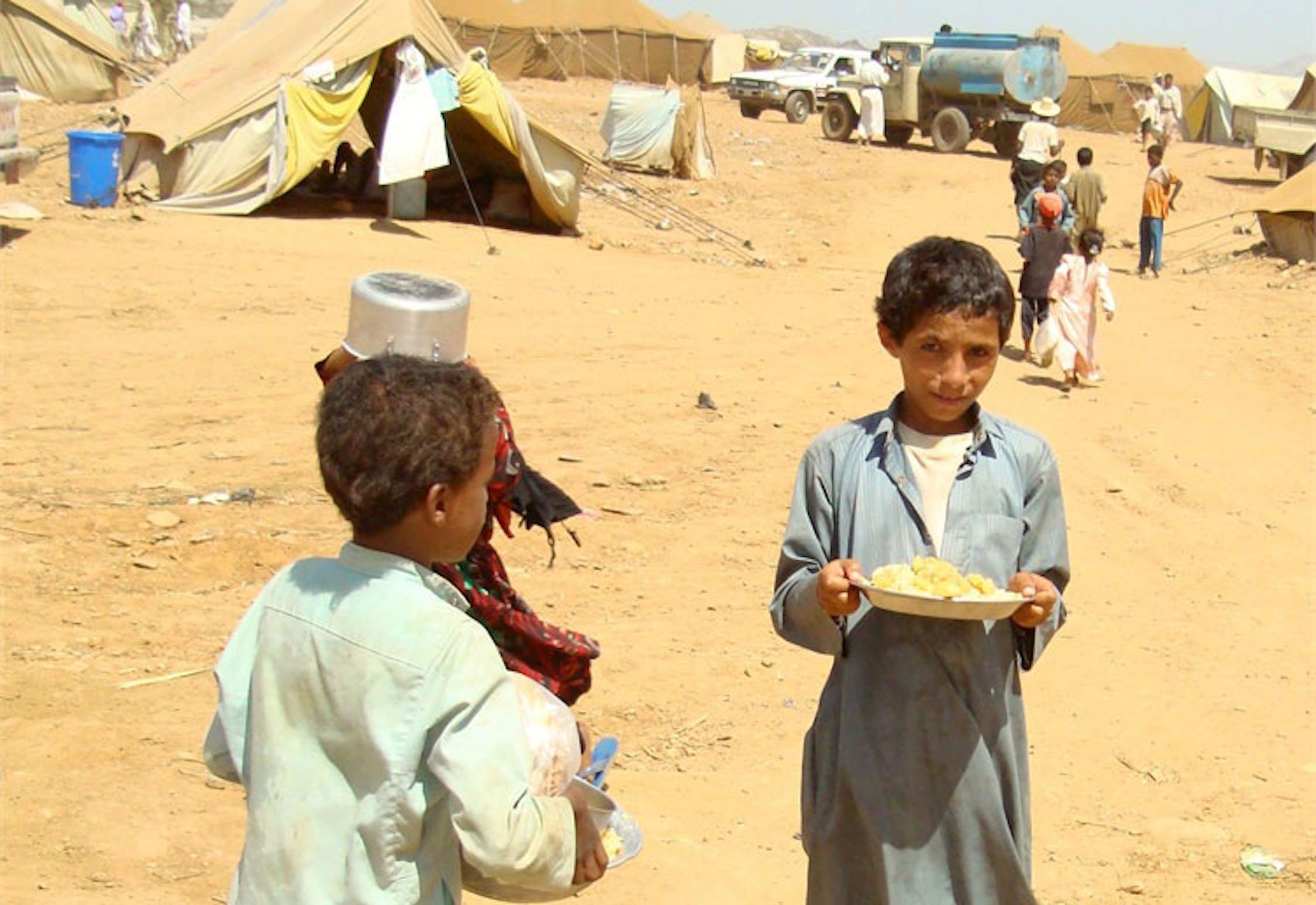 Bambini yemeniti sfollati nel campo di accoglienza di Mazraq. I tassi di malnutrizione acuta nel paese sono saliti a un livello allarmante: 15% - ©IRIN/Adel Yahya