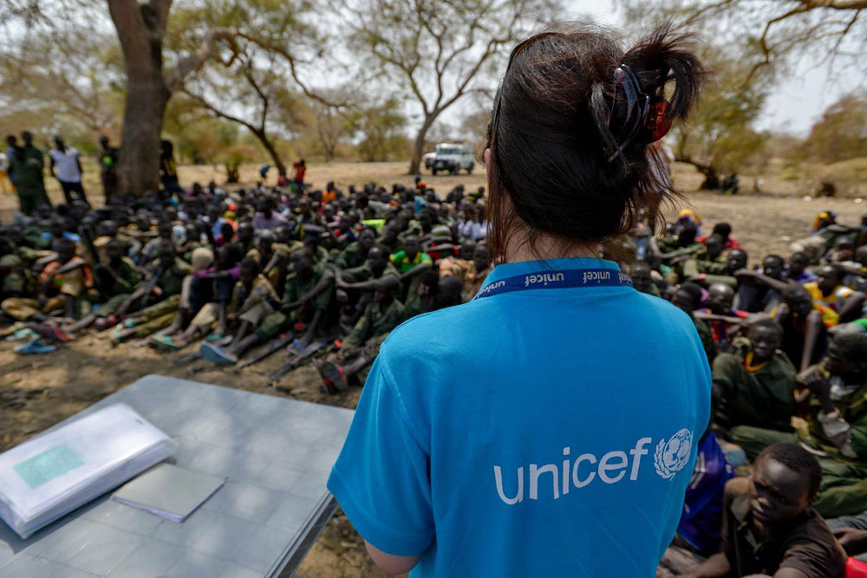 Un'operatrice UNICEF durante la smobilitazione di 300
