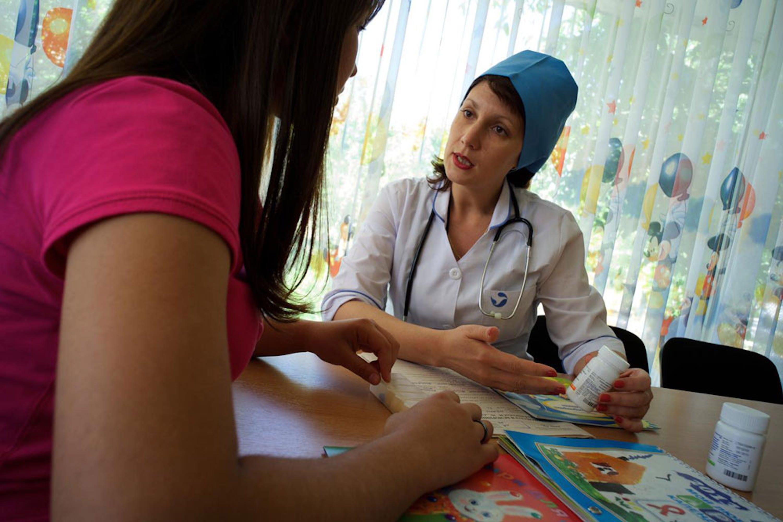 Una diciannovenne sieropositiva colloquio con una pediatra in un consultorio di Tashkent (Uzbekistan) - ©UNICEF/UNI164691