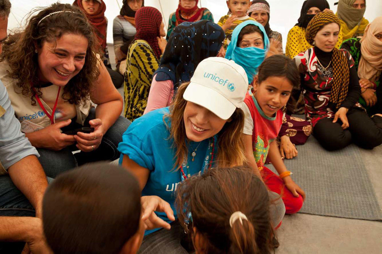 Elisabetta Canalis durante la sua missione con l'UNICEF fra i rifugiati siriani ospiti dei campi profughi del Libano - ©UNICEF Italia/2015/Alberto Rinonapoli