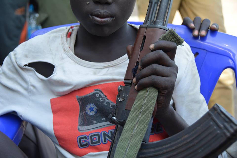 Uno dei bambini soldato smobilitati nelle scorse settimane a Jonglei, nell'est del Sud Sudan, grazie ai negoziati condotti dall'UNICEF. Il nuovo rapimento di massa è avvenuto a Malakal, in un'altra zona del paese - ©UNICEF Sud Sudan/2015