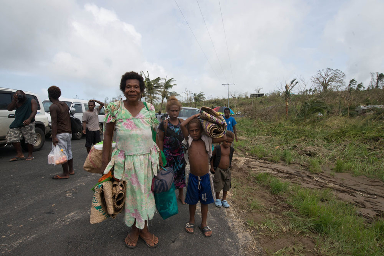 Una famiglia di sfollati in cammino nei dintorni di Port Vila, capitale di Vanuatu - ©UNICEF/NYHQ2015-0433/UNICEF Pacifico