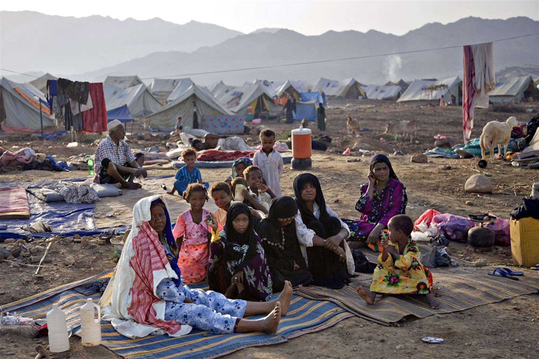 Famiglie accampate nel centro per sfollati di al-Mazrak, nel distretto di Harad, Yemen - ©UNICEF/NYHQ2009-1732/Brekke