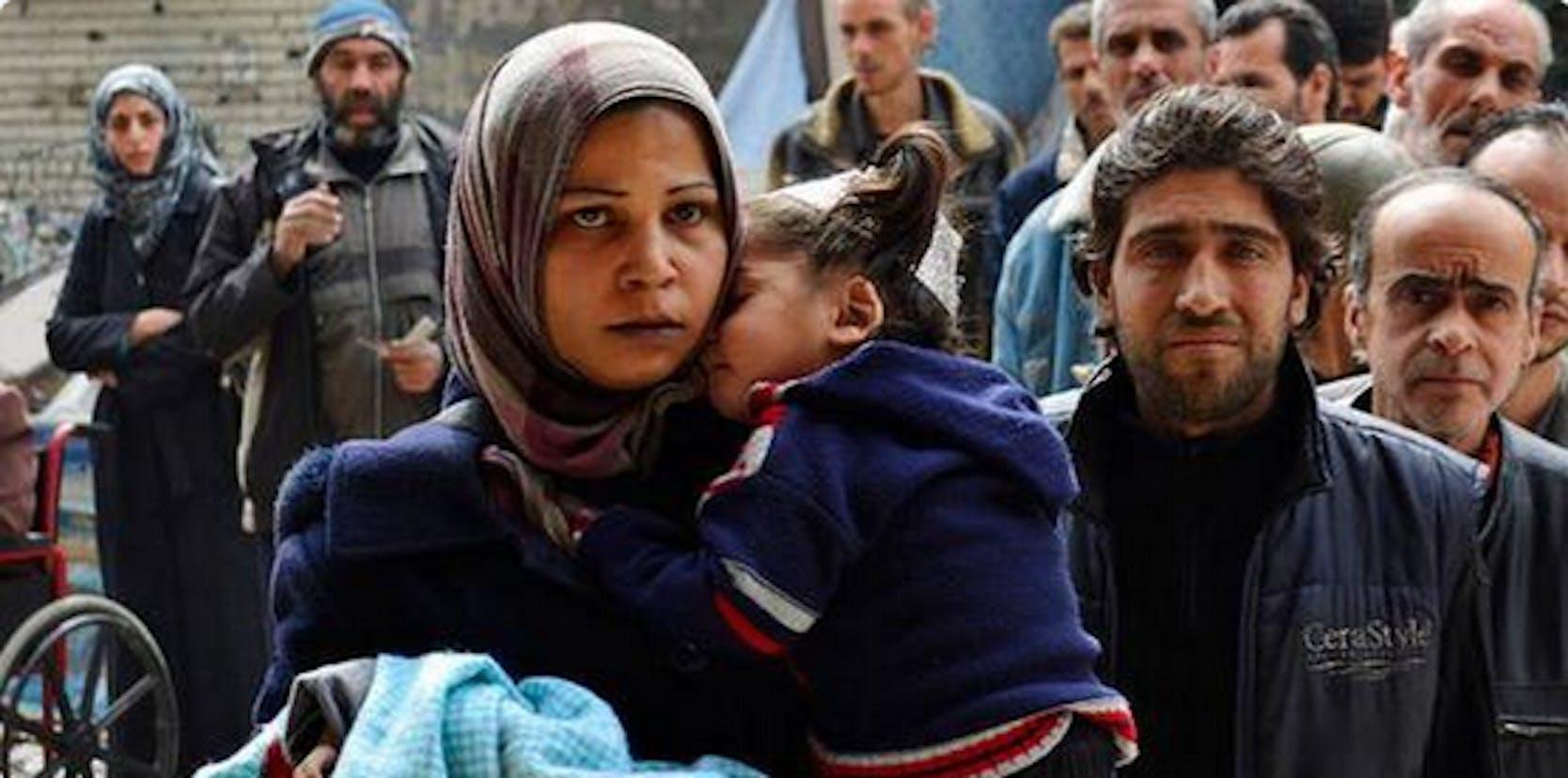 Civili palestinesi nel campo profughi di Yarmouk, nei pressi di Damasco (Siria) - ©Reuters
