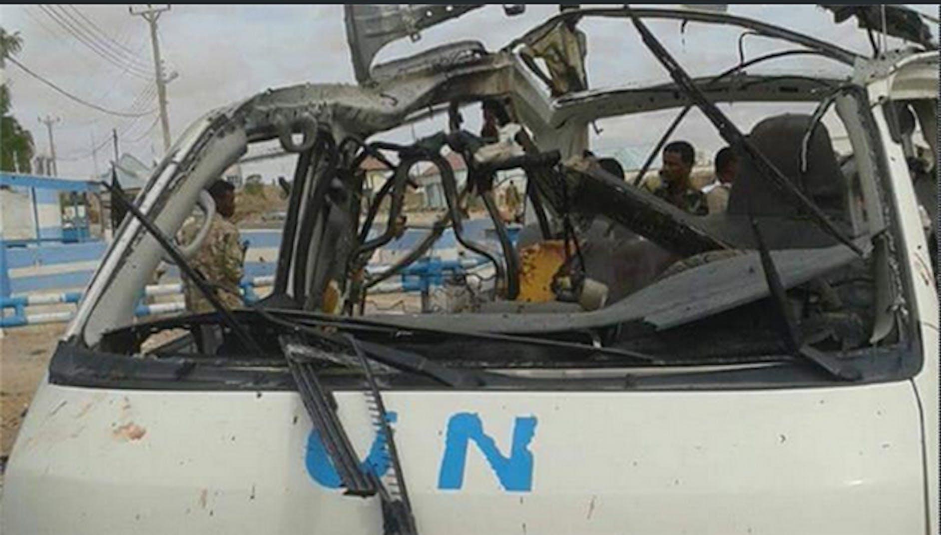 Un'immagine del minivan delle Nazioni Unite scattata subito dopo l'attentato