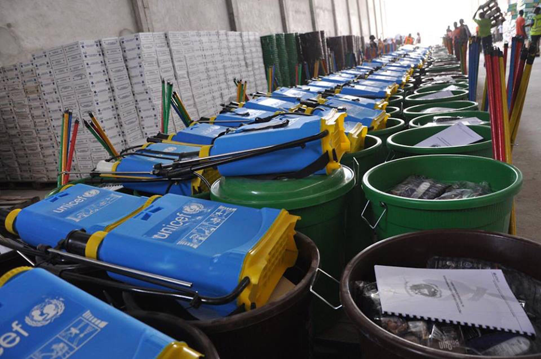 7.200 kit per l'igiene e la prevenzione del virus Ebola stoccati dall'UNICEF in vista della riapertura delle scuole in Liberia - ©UNICEF/NYHQ2015-0149/Helene Ryeng