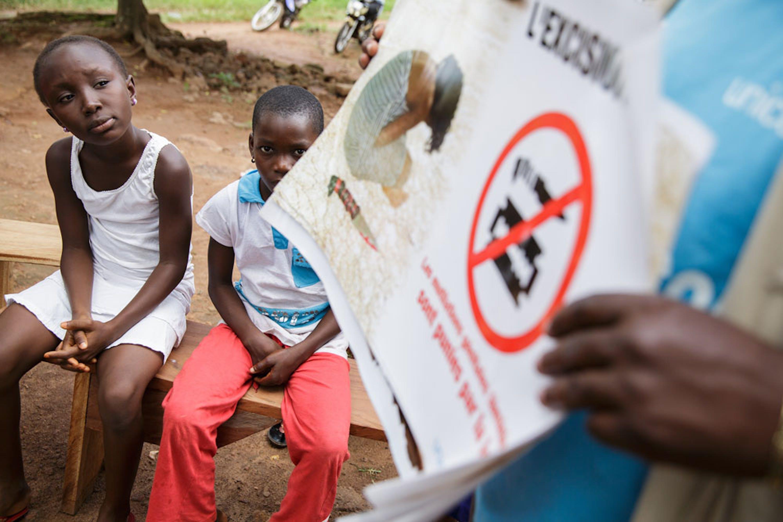 Una sessione di sensibilizzazione sul fenomeno delle mutilazioni genitali femminili finanziata dall'UNICEF in un villaggio della Costa d'Avorio - ©UNICEF/NYHQ2013-0406/Asselin