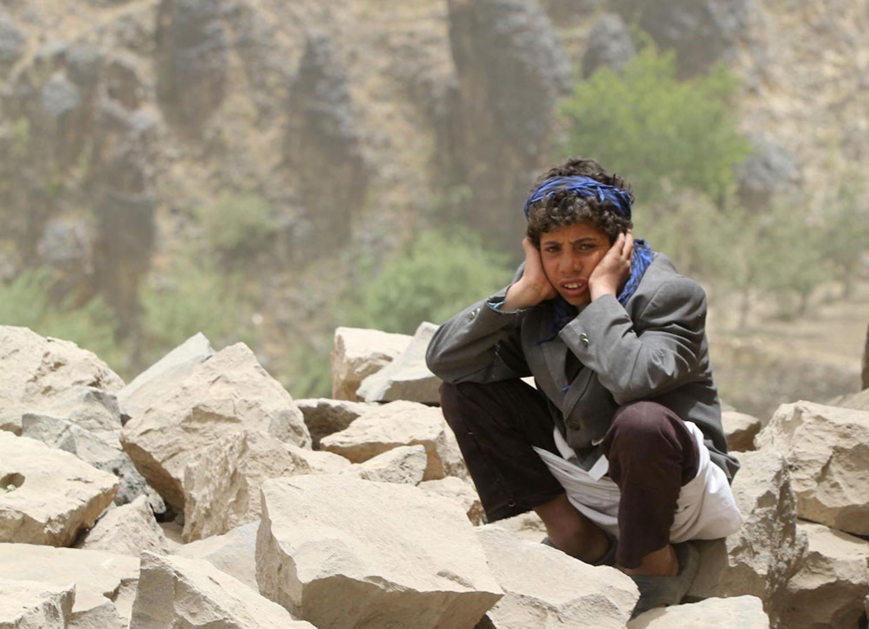 Un ragazzo seduto fra le macerie della sua abitazione, rasa al suolo da un raid aereo nel villaggio di Okash, nel sud dello Yemen - ©UNICEF/NYHQ2015-0857/Hamoud