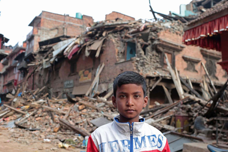 Un ragazzino di 11 anni dinanzi alle macerie della sua casa, a Bhaktapur, nella vallata di Kathmandu. Due suoi parenti sono rimasti uccisi nel crollo - ©UNICEF/NYHQ2015-1068/Chen