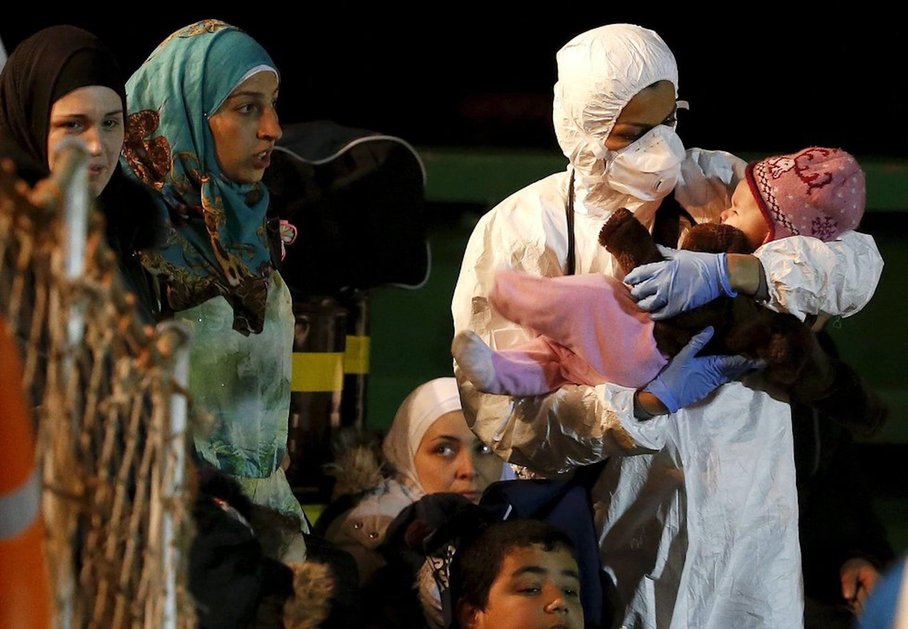 Bambini in un recente sbarco di migranti a Pozzallo (RG), aprile 2015 - Bambini in un recente sbarco di migranti a Pozzallo (RG), aprile 2015 - ©CNS Photo/Alessandro Bianchi, Reuters
