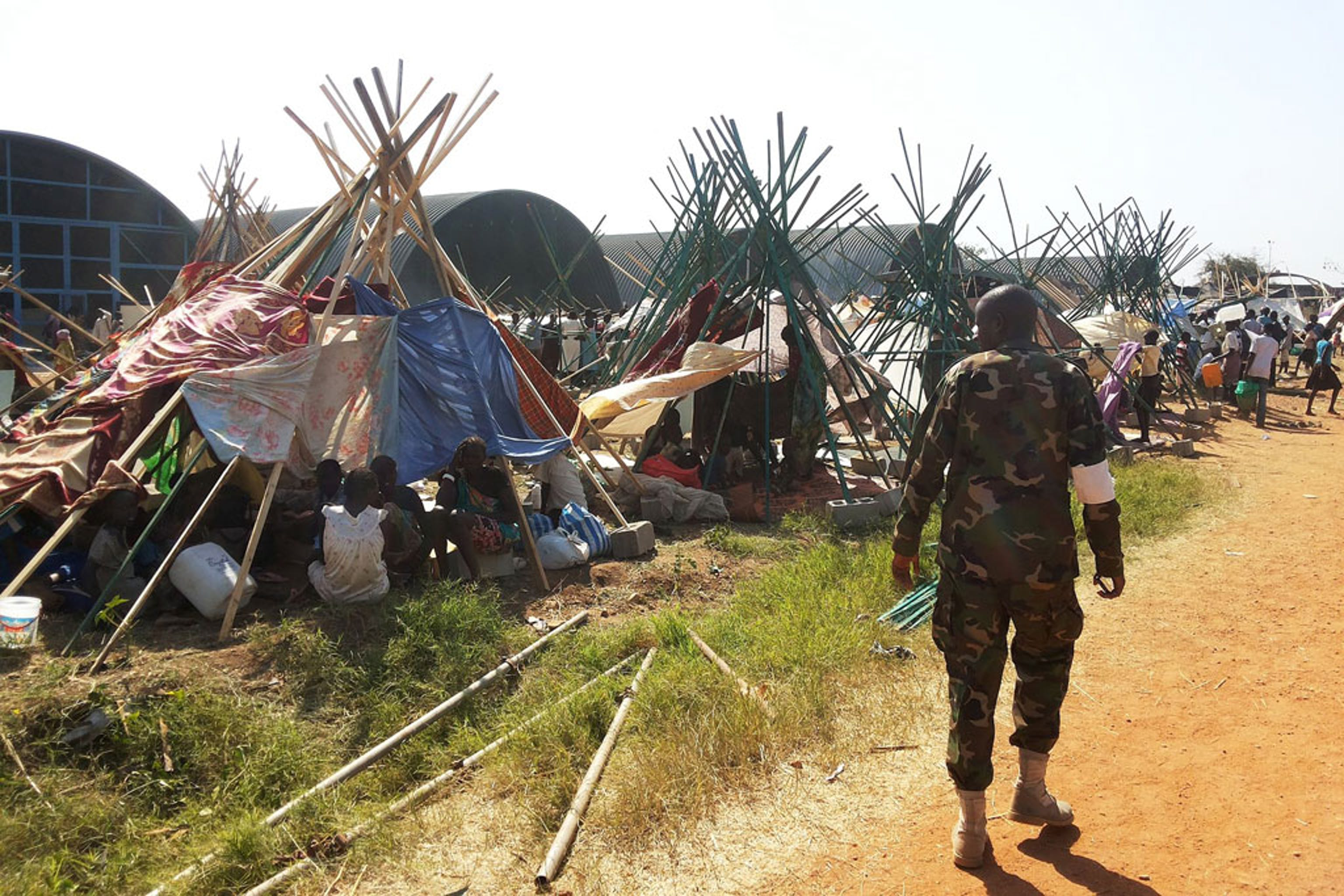 Sfollati cercano protezione attorno a una base dei caschi blu della missione ONU per il Sud Sudan (UNMISS) - ©UN Photo/Julio Brathwaite