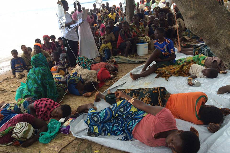 Fra mille difficoltà si cerca di prestare aiuti ai profughi colpiti dal colera sulle rive del Lago Tanganica - ©UNICEF Tanzania/2015/Fredy Lyimo