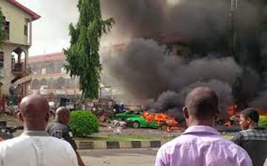 La scena di un attentato suicida (gennaio 2015) in un mercato di Maiduguri (Nigeria). A farsi esplodere è stata una bambina di circa 10 anni: 19 le vittime