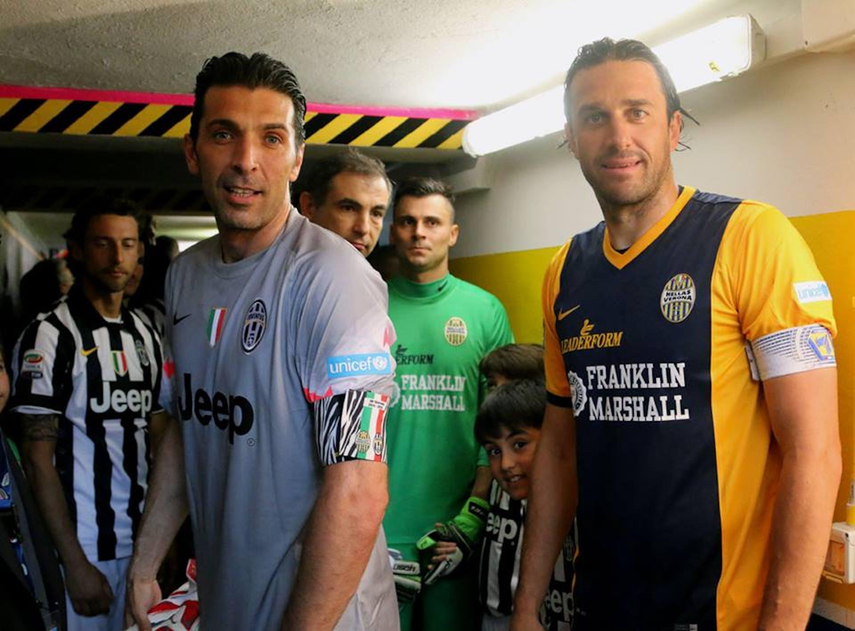 I capitani di Juventus e Hellas Verona, Gigi Buffon e Luca Toni, con le maglie griffate UNICEF usate per l'ultimo turno di campionato - ©Davide Casentini/2015