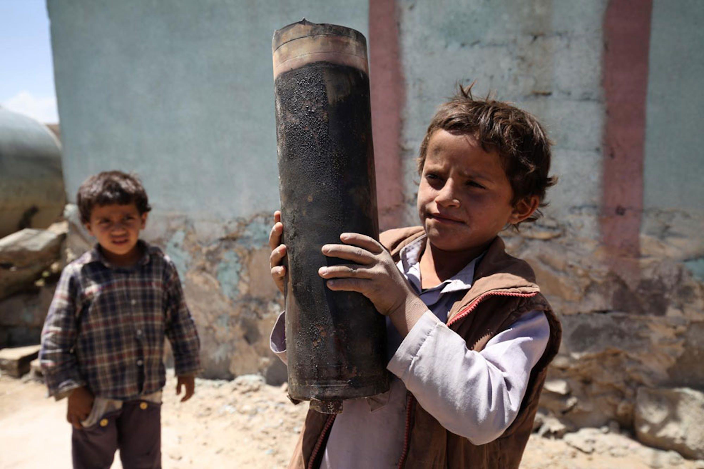 Un bambino mostra una granata esplosa ad Al-Mahjar, sobborgo alla periferia di Sana'a, capitale dello Yemen - ©UNICEF/NYHQ2015-1296/Hamoud