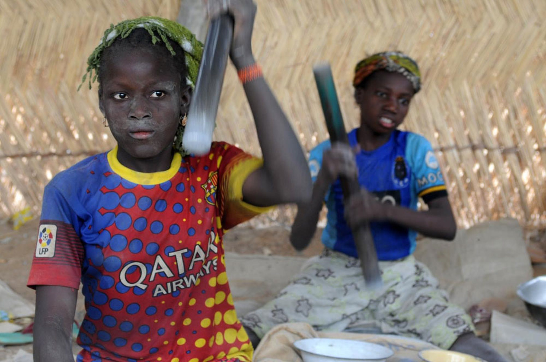Aissatou, 14 anni: il suo lavoro quotidiano è frantumare pietre alla ricerca di particelle di oro presso la miniera di Gorol Kadje, in Burkina Faso - ©UNICEF/NYHQ2014-0685/Nesbitt