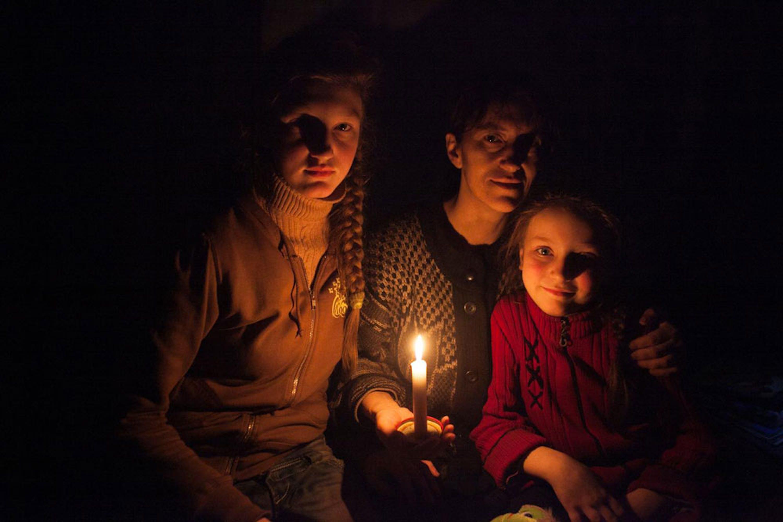 Una donna e le sue due figlie in un rifugio di Debaltsevo, città dell'Ucraina orientale teatro di aspri combattimenti - ©UNICEF/NYHQ2015-0278/Filippov