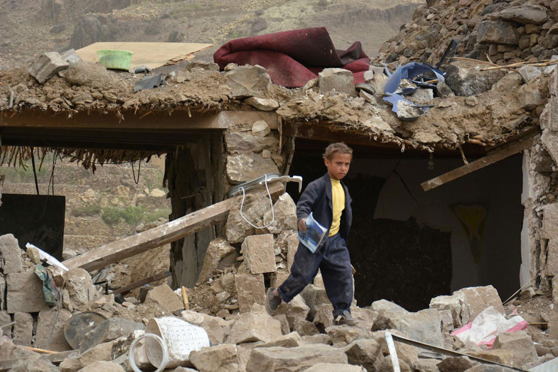 Un bambino fra le macerie del villaggio di Okash, nei dintorni di Sana'a, capitale dello Yemen - ©UNICEF/NYHQ2015-0855/Hamoud