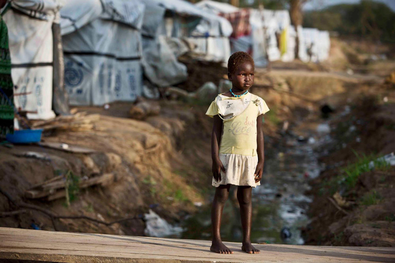 Un bambino nell'area per la Protezione dei civili (PoC) di Bor, nello stato di Jonglei (Sud Sudan): si intravede la fogna a cielo aperto - ©UNICEF/UNI176405/Holt