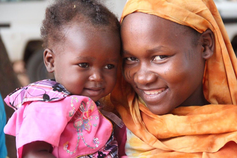 Ideita Kaltouma (23 anni) con Hanane, 1 anno: il piccolo sta per ricevere il vaccino antipolio nell'ambulatorio del suo villaggio, nel sud-ovest del Ciad - ©UNICEF/PFPG2015-2575/Nangyo